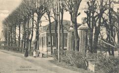 PBK-8495 Buitenplaats De Leeuwenhof aan de Delftweg. Links de Schieveense molen.