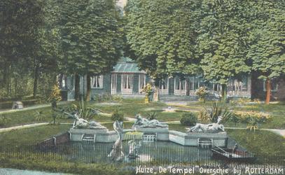 PBK-8498 De tuin van huize De Tempel aan de Delftweg te Overschie, met de beeldengroep (in de volksmond genoemd Lot en ...