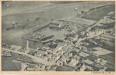 PBK-8728 Luchtfoto van de terreinen van de Firma Gebrs. Hulsinga Houthandel, Stoomhoutzagerij en Creosoteer-Inrichting, ...