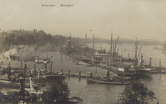 PBK-889 Leuvehaven uit het westen gezien. Op de achtergrond de Boompjes, de Willemsbrug en de Spoorbrug over de Nieuwe Maas