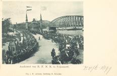PBK-8966 Aankomst van H.H. M.M. te Feijenoord, Rotterdam. Zicht op de Maasbruggen.