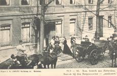 PBK-9008 Koningin Wilhelmina en prins Hendrik tijdens een bezoek voor de deur van de burgemeesterswoning van F.B. ...