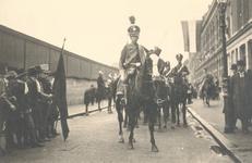 PBK-9037 Eeuwfeest van het herstel van Nederlands onafhankelijkheid. Op de prentbriefkaart: een optocht als militair ...