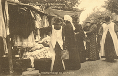 PBK-9582 Diverse vrouwen bij een kledingstand op de markt.
