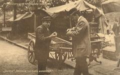 PBK-9583 Een man die op de markt een doosje lucifers koopt van een marktkoopman.