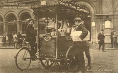 PBK-9587 De ijsboer verkoopt zijn vanilleroomijs voor het postkantoor aan de Blaak.