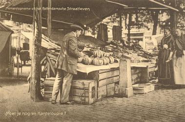 PBK-9590 Een marktkoopman biedt enkele vrouwen zijn kanteloup meloenen te koop aan.