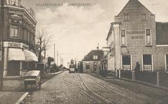 PBK-9681 Bergse Dorpsstraat, bij hotel Freericks, uit het zuiden gezien. Op de achtergrond de brug aan het begin van de ...