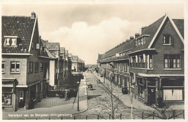 PBK-9750 De Kerstant van den Bergelaan, gezien vanaf de heuvel waarop de Nederlandse Hervormde Hillegondakerk. In het ...