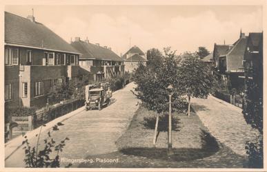 PBK-9771 Gezicht in Plasoord, met woningen, bomen, lantaarnpaal.