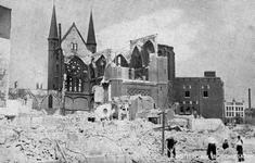 PBK-978 Puinresten na het bombardement van 14 mei 1940.De Bosjeskerk aan het Boschje uit het zuidoosten gezien.
