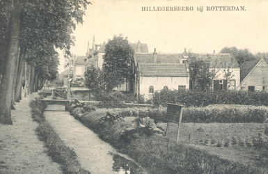PBK-9808 Straatweg, tussen Hillegondastraat en Philips Willemstraat, vanuit het zuiden. De weg is nog smal en aan beide ...