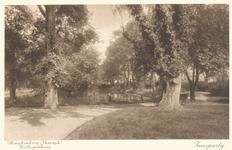 PBK-9855 Op het terrein van theeschenkerij Plaswijck te Hillegersberg, tuin met bomen.