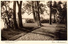 PBK-9856 Op het terrein van theeschenkerij Plaswijck te Hillegersberg, tuin met bomen, buitenrand.