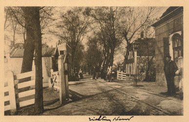 PBK-9888 Tol op de hoek van Straatweg en Kleiweg. Tot 1907 was de tol met de houten tolgaarderswoning gevestigd op de ...