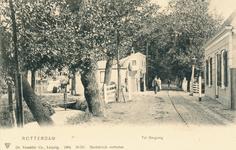 PBK-9889 De tol aan de Bergweg en de Kleiweg, uit het zuiden. Tot 1907 was de tol met de houten tolgaarderswoning hier ...