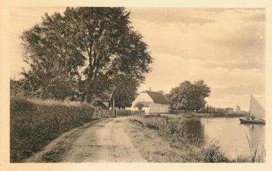PBK-9900 Terbregse Rechter Rottekade, voor de lintbebouwing, het witte huis is de boerderij van I. Bevaart.