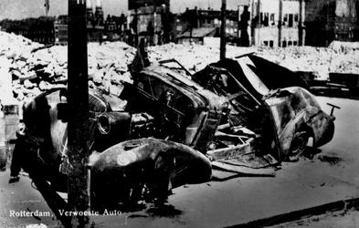 PBK-9995 Gezicht op de door het Duitse bombardement van 14 mei 1940 getroffen Plantageweg met op de voorgrond een ...