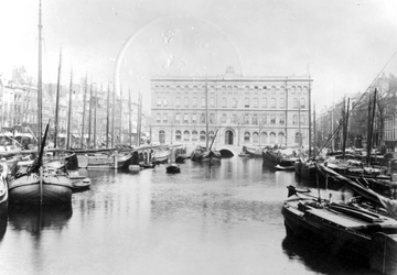 VII-137 De Blaak en het postkantoor aan het Beursplein.Links de Noordblaak, rechts de Zuidblaak, gezien vanaf de Keizersbrug.