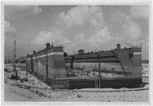 XV-251-02-01 Het gemeentedok nummer 4 bij pier 1 in de Waalhaven, waar de in de Tweede Wereldoorlog opgelopen schade ...