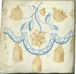 1976-3195-58 Tegelvoorbeeld met tekeningen uit het modellenboekje voor tegels: bloemmotief, rand met kwasten; randen ...