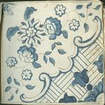 1976-3195-69 Tegelvoorbeeld met tekeningen uit het modellenboekje voor tegels: bloemen; hoektegel; oranjeblad.