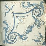 1976-3195-75 Tegelvoorbeeld met tekeningen uit het modellenboekje voor tegels: bloem en bladmotieven. Diagonaal decor ...