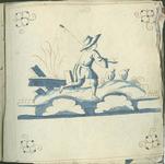 1976-3195-79 Tegelvoorbeeld met tekeningen uit het modellenboekje voor tegels: hardlopende herder; hoekmotief: spin.