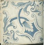 1976-3195-84 Tegelvoorbeeld met tekeningen uit het modellenboekje voor tegels: geometrische motieven en bladmotieven. ...