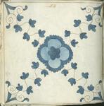 1976-3195-86 Tegelvoorbeeld met tekeningen uit het modellenboekje voor tegels: bloem in kruis van bladmotieven (kruisroosje).