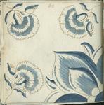 1976-3195-90 Tegelvoorbeeld met tekeningen uit het modellenboekje voor tegels: in één hoek deel van een tulp [?]; in de ...