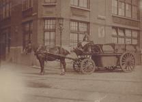 2003-233 Gemeentereiniging. Ophalen van huisvuil door voerman P. Hordijk (geb. 1895), hoek ...