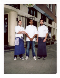 2012-27 Drie medewerkers van een restaurant. De foto is gemaakt in opdracht van De Kracht van Rotterdam (DKVR).