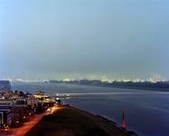 2012-41 Avondopname met zicht op de Nieuwe Waterweg met links Maassluis en rechts industriegebied Botlek. De foto is ...