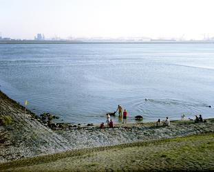 2012-44 Mensen en honden aan de oever van de Nieuwe Waterweg ter hoogte van Hoek van Holland. De foto is gemaakt in ...