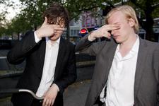 2012-45 Twee jongemannen maken zich, vermoedelijk na een nacht stappen, onherkenbaar door hun vingers voor de ogen te ...