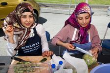 2012-47 Twee meisjes snijden groenten. Kleine serie over jongerencultuur en de multiculturele samenleving. De foto is ...