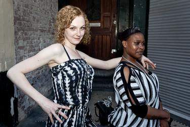 2012-48 Twee jonge vrouwen poseren op straat. De foto is gemaakt in opdracht van De Kracht van Rotterdam (DKVR).