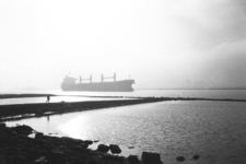 2013-43 Schip vaart door Nieuwe Waterweg richting zee. De foto is gemaakt in opdracht van De Kracht van Rotterdam (DKVR).