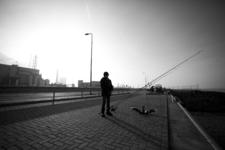 2013-44 Sportvisser aan de oever van de Nieuwe Waterweg. De foto is gemaakt in opdracht van De Kracht van Rotterdam (DKVR).
