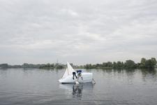 2014-22 Twee jongeren hangen op de zijkant van een omgeslagen zeilboot op de Bergse Plassen. De foto is gemaakt in ...
