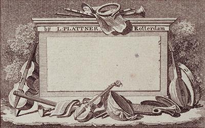 1971-2479 Afbeelding van muziekinstrumenten rondom een onbeschreven middenvlak.