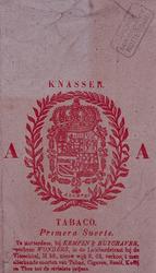 1972-1238 Voorzijde van een sigarenzakje met de wapen omrand door een krans. Met het verkoopadres eronder.