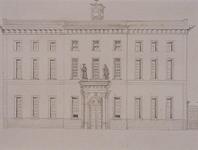 1973-4437 De Hoogstraat met de voorgevel van het Oudemannenhuis.