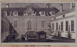 1973-4768 Binnenplaats van het hofje van Kuyls Fundatie aan de Schiekade.