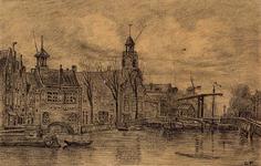 1973-4841 Aelbrechtskolk vanuit het noorden, links het Zakkendragershuisje, midden de Oude Kerk, rechts de Piet ...