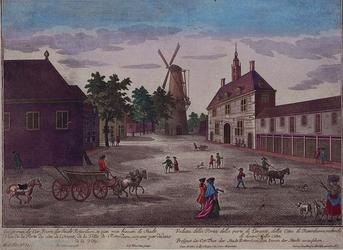 1973-5098 Gezicht op de Oostpoort en de Noordmolen, uit het zuiden.