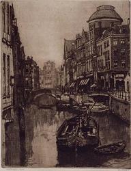 1973-5301 Gezicht op de Steigersgracht uit het oosten. In het midden de Weezenbrug, met rechts de Vlasmarkt.