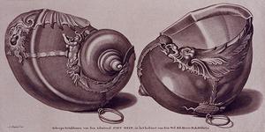 1983-3948 Twee metalen scheeps drinkhoorns van de admiraal Piet Hein, in het kabinet van den Wel. Ed. Heere H.A. Dibbets.