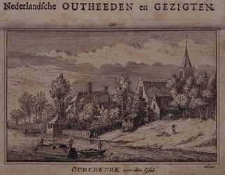 1983-3965 Huisjes bij een kerk dicht bij het water van de IJssel.
